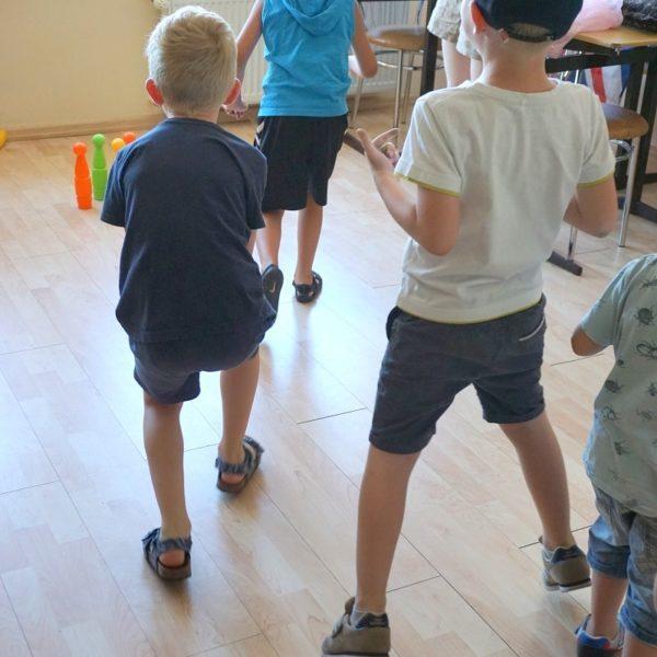 Gra w kręgle na wakacyjnych warsztatach dla dzieci